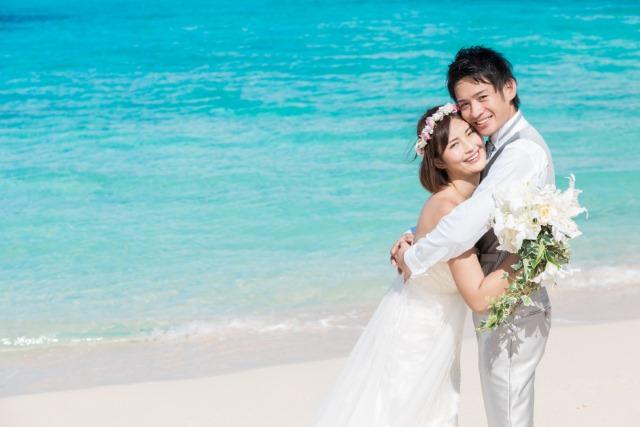 結婚写真を撮っている男女のイメージ画像