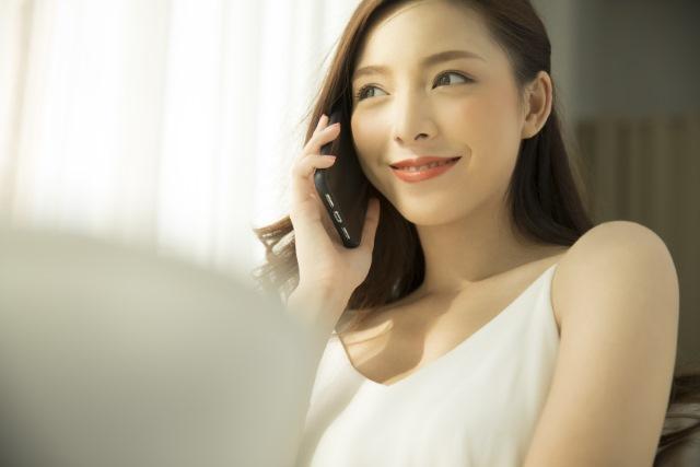電話占いで具体的なアドバイスをもらっている女性のイメージ画像