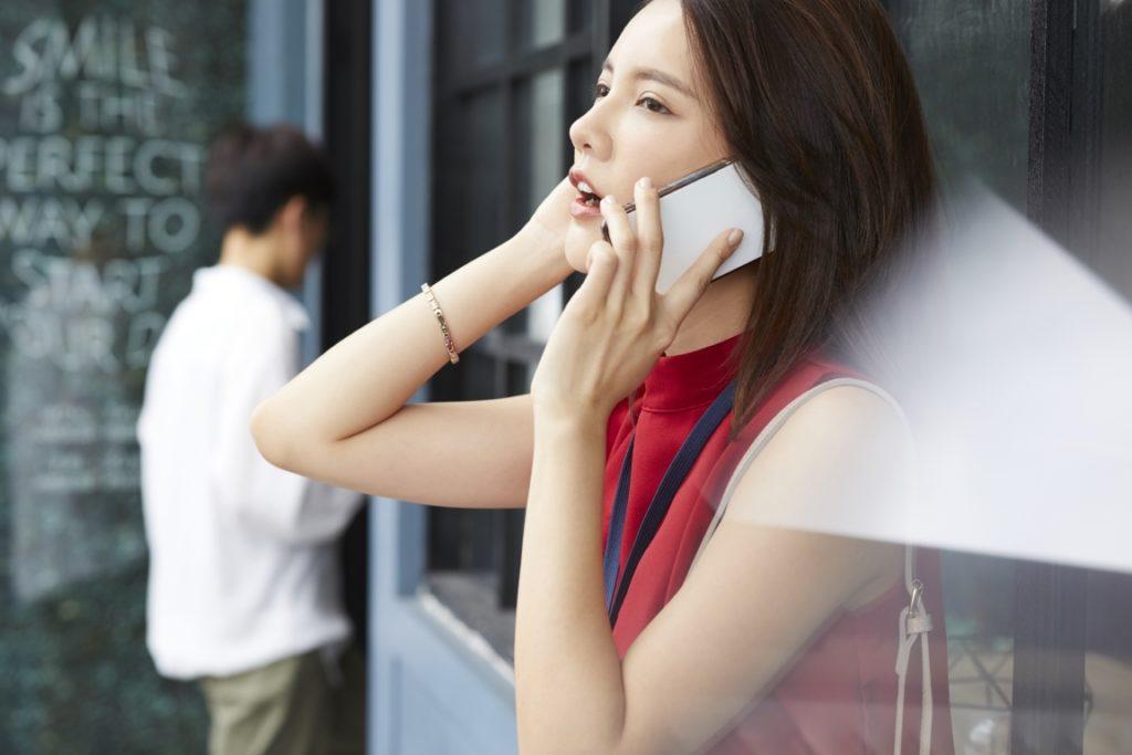 電話占いリエルを利用している女性のイメージ画像