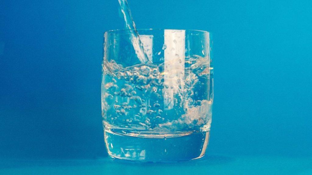 施術前・施術後にお水を飲む