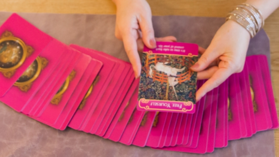 広島カード占いバー「ことのは」前世催眠療法も