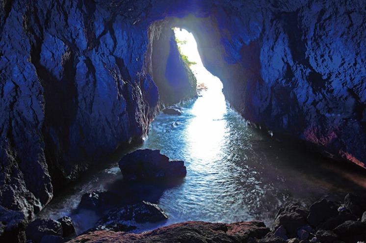珠洲市にある日本三大パワースポット珠洲岬の「青の洞窟」