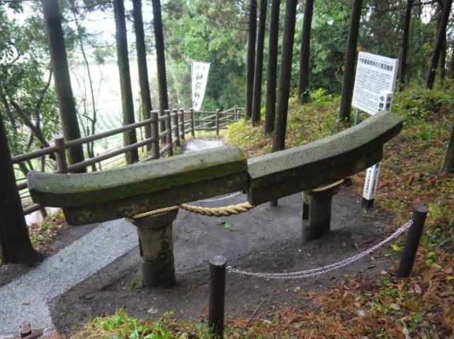 垂水市「牛根麓稲荷神社」桜島にもある埋没鳥居
