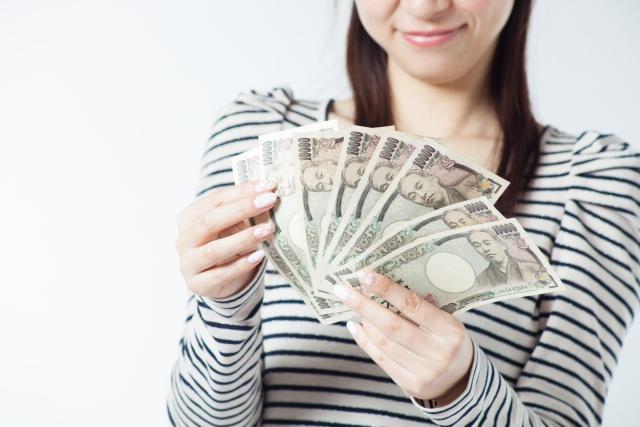 金運の願いが叶うおまじないで大金を手にした女性のイメージ画像