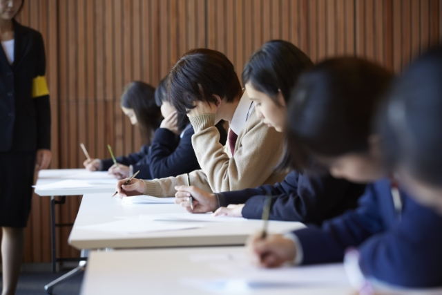 学生が受験の試験を受けている画像