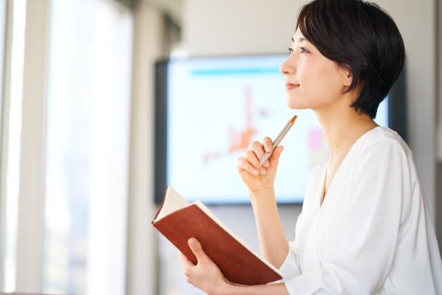 リーダーシップを発揮している赤のオーラの女性のイメージ画像