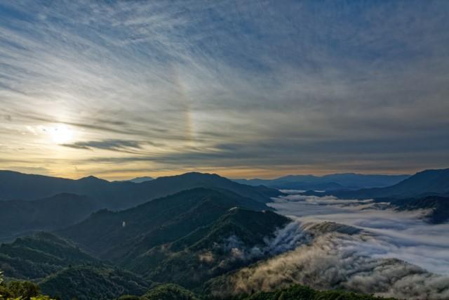 枝折峠から見る奥只見の滝雲と彩雲の画像