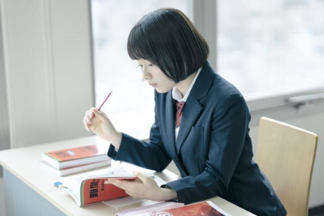 負けず嫌いの赤のオーラの学生のイメージ画像