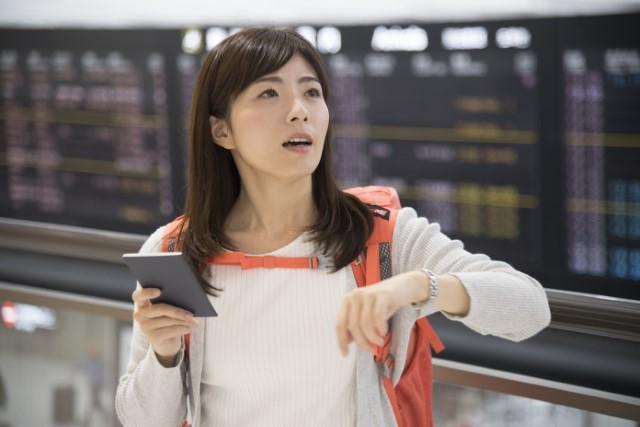 夢の中でスーツケースを忘れて空港で困っている女性のイメージ画像