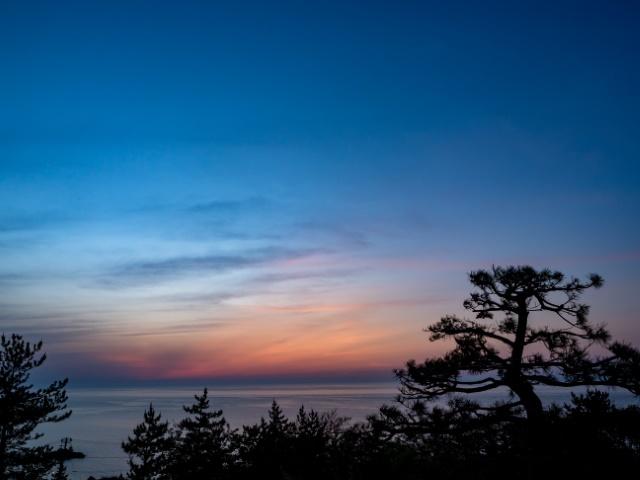 マジックアワー 日本海に沈んだ夕陽直後の幻想的な景色 新潟県柏崎市