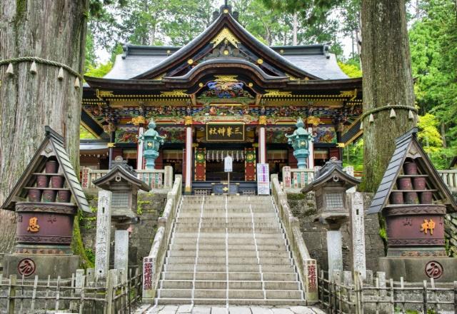 秩父市三峰 三峯神社 拝殿と神木