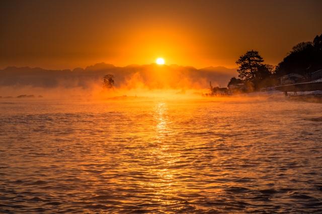 《富山県》雨晴海岸の夜明け・立山連峰よりのぼる太陽