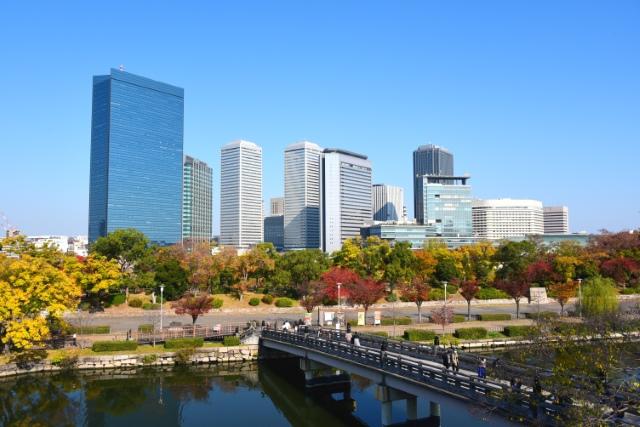 秋の大阪城公園から望むビジネスパーク